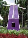 Turbina y jardines de flores de viento Imagen de archivo libre de regalías