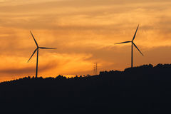Turbinas con puesta del sol del cielo Fotos de archivo