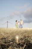 Turbinas da família e de vento, ampola na terra Fotografia de Stock