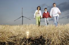Turbinas da família e de vento, ampola na terra Fotos de Stock Royalty Free