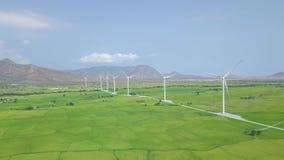 Turbinas de la energía eólica en el campo verde, opinión del abejón del paisaje de la montaña Generador de viento para la energía almacen de video