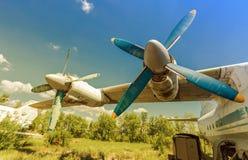 Turbinas de los aviones del turbopropulsor en un aeródromo abandonado Imagen de archivo libre de regalías