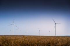 Turbinas de vento, campo amarelo fotos de stock