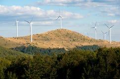 Turbinas de vento, campo amarelo Energia renovável Imagem de Stock Royalty Free