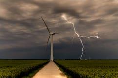 Turbinas de vento de ameaça do relâmpago forte Fotos de Stock Royalty Free