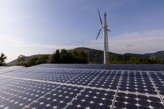 Turbinas de vento e painéis solares Energia verde Imagens de Stock