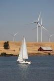 Turbinas de vento e Sailboat Fotos de Stock Royalty Free