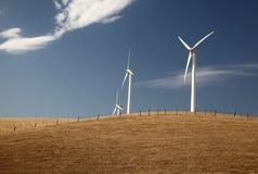 Turbinas de vento em um monte Imagem de Stock Royalty Free