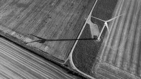 Turbinas de vento no campo verde foto de stock royalty free