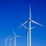 Turbinas de vento no campo verde Foto de Stock