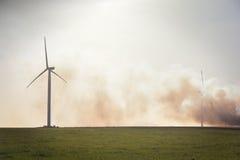 Turbinas de vento no campo verde Imagem de Stock