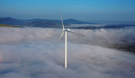 Turbinas de vento no campo verde imagens de stock