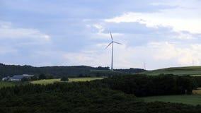 Turbinas de vento no campo verde video estoque