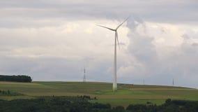 Turbinas de vento no campo verde vídeos de arquivo
