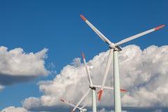 Turbinas de vento no campo verde Céu nublado azul Fotos de Stock Royalty Free