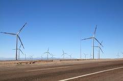 Turbinas de viento al lado del camino, Calama, Chile Fotos de archivo libres de regalías
