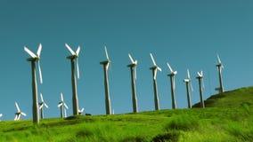 Turbinas de viento alineadas en una colina almacen de metraje de vídeo