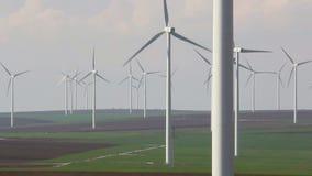 Turbinas de viento, campo amarillo almacen de metraje de vídeo
