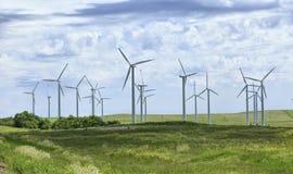 Turbinas de viento, campo amarillo Imagenes de archivo