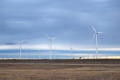 Turbinas de viento, campo amarillo Imagen de archivo libre de regalías