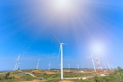 Turbinas de viento con el cielo azul Fotos de archivo