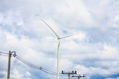 Turbinas de viento con las nubes y el cielo Imagen de archivo