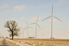 Turbinas de viento de Indiana al lado del camino Imagen de archivo