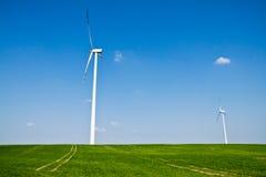 Turbinas de viento de la energía alternativa y campo verde Fotografía de archivo