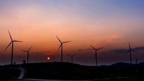 Turbinas de viento del lapso de tiempo sobre un fondo de la puesta del sol almacen de metraje de vídeo