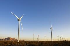 Turbinas de viento durante puesta del sol Fotos de archivo libres de regalías