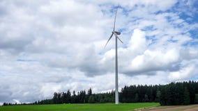 Turbinas de viento en campo verde almacen de video