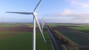 Turbinas de viento en campo verde almacen de metraje de vídeo