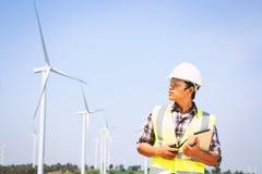 Turbinas de viento en campo verde Foto de archivo libre de regalías