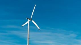 Turbinas de viento en campo verde Fotos de archivo