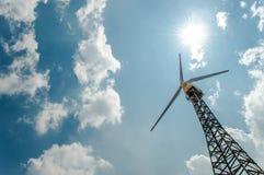 Turbinas de viento en campo verde Foto de archivo