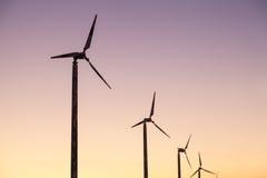 Turbinas de viento en campo verde Imagen de archivo libre de regalías