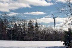 Turbinas de viento en campo verde Fotos de archivo libres de regalías
