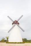 Turbinas de viento en campo verde Fotografía de archivo