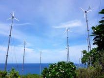 Turbinas de viento en campo verde imagen de archivo