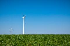 Turbinas de viento en campo verde y el cielo azul Imagen de archivo