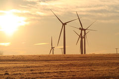Turbinas de viento en el amanecer 2 imágenes de archivo libres de regalías