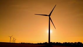 Turbinas de viento en el campo bajo puesta del sol hermosa metrajes