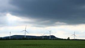 Turbinas de viento en el campo contra un cielo dramático almacen de video