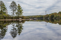 Turbinas de viento en el lago inmóvil Imágenes de archivo libres de regalías