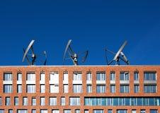 Turbinas de viento en el tejado de un edificio Foto de archivo