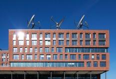 Turbinas de viento en el tejado del edificio Imagenes de archivo