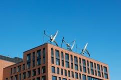 Turbinas de viento en el tejado del edificio Fotos de archivo