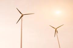 Turbinas de viento en fondo del cielo Imagen de archivo