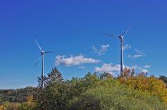 Turbinas de viento en la cumbre de la montaña Fotos de archivo libres de regalías