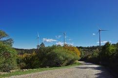 Turbinas de viento en la cumbre de la montaña Imágenes de archivo libres de regalías